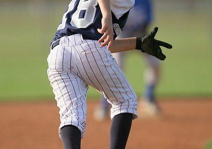 ランナー1塁で出た時にフライが上がったらどう判断するのが正解?